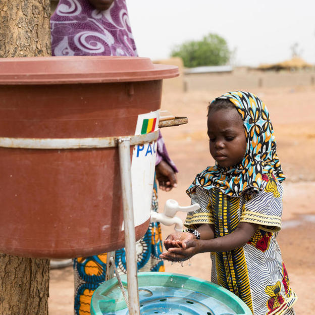kadiatou-6-diagnosed-with-malaria-washes-her-hands-as-she-and-her-mother-aissata-diarra-leave-niala-health-centre-cercle-de-bla-segou-region-mali-april-2018 (1)