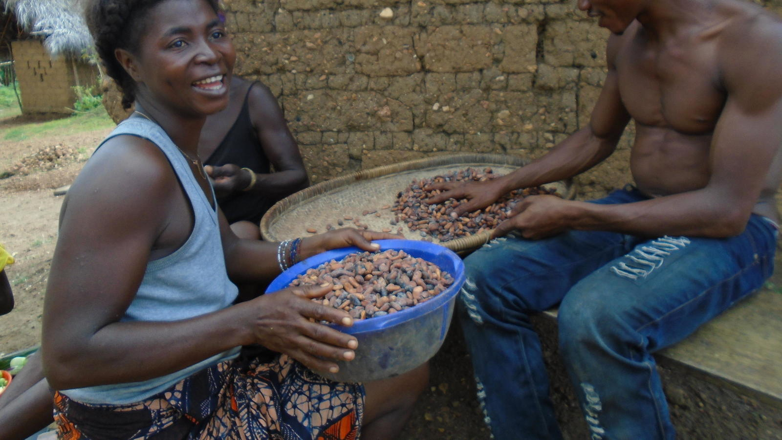 Ibrahim and Jenneh processing cacao in Tombohuaun.