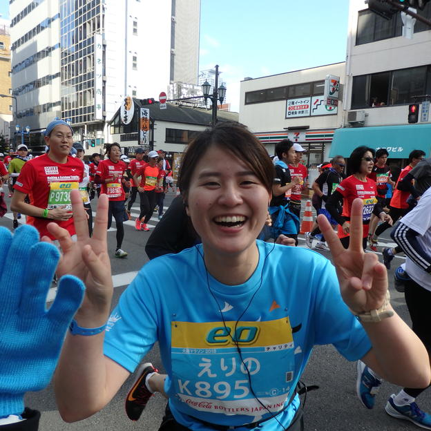 A WaterAid runner stops to say hello at the Osaka Marathon