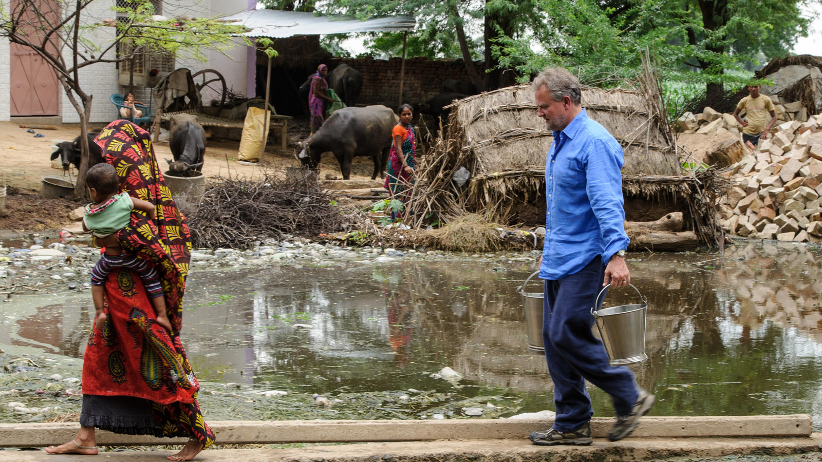 Hugh Bonneville collects unsafe water with Reena, a mother of four, in Madhya Pradesh, India.