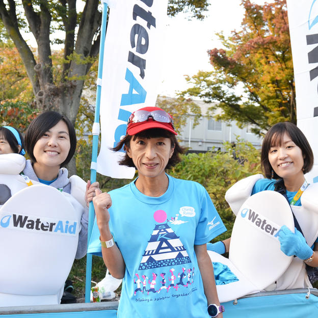 The WaterAid Japan team cheer on a WaterAid runner at the Osaka Marathon.
